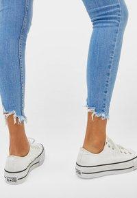 Bershka - LOW WAIST - Jeans Skinny Fit - blue - 3