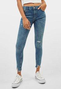 Bershka - LOW WAIST - Jeans Skinny - Blue - 0