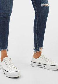 Bershka - LOW WAIST - Jeans Skinny - dark blue - 3