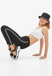 Bershka - MIT HALBHOHEM BUND UND SEITLICHEM STREIFEN - Jeans Skinny Fit - black - 3