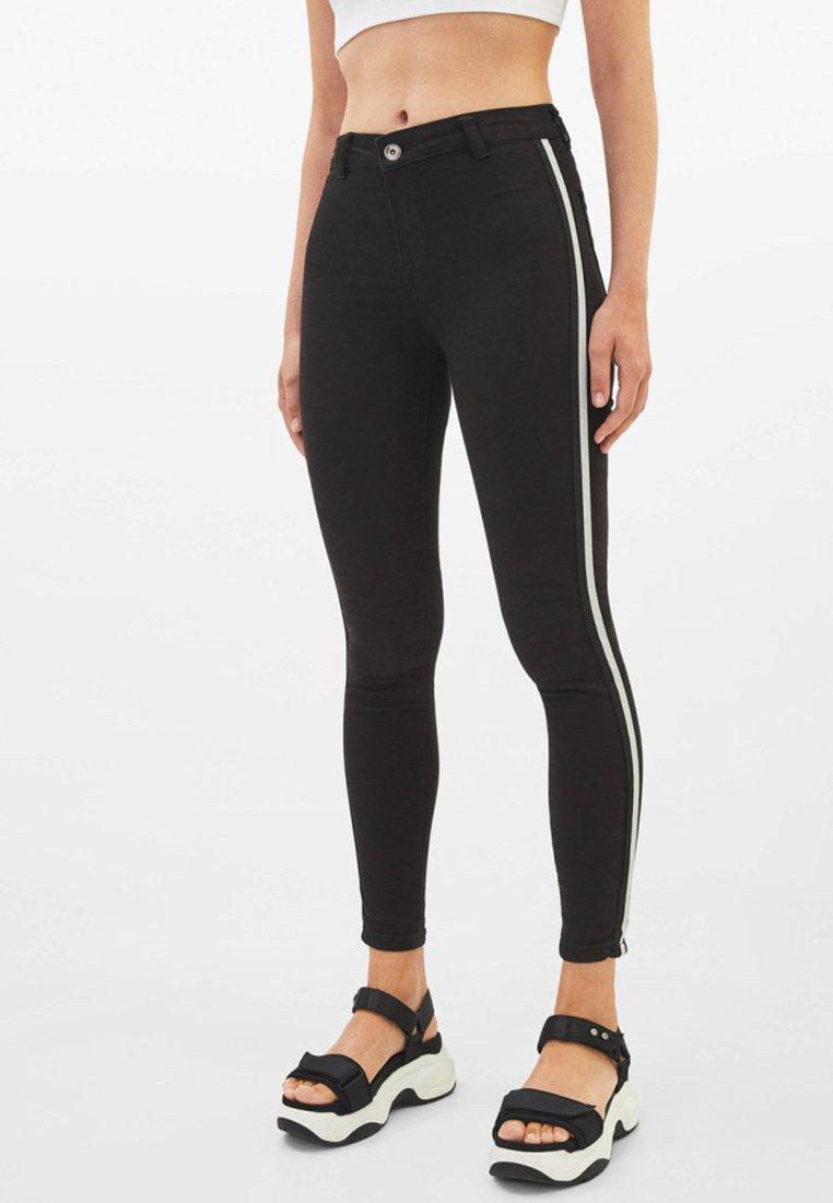 Bershka - MIT HALBHOHEM BUND UND SEITLICHEM STREIFEN - Jeans Skinny Fit - black