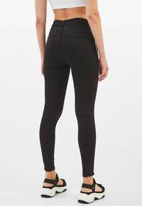 Bershka - MIT HALBHOHEM BUND UND SEITLICHEM STREIFEN - Jeans Skinny Fit - black - 2