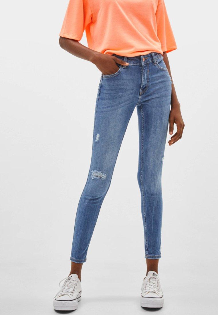 Bershka - PUSH-UP MID WAIST - Jeans Skinny Fit - blue