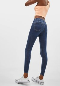 Bershka - PUSH-UP MID WAIST - Jeans Skinny Fit - dark blue - 2