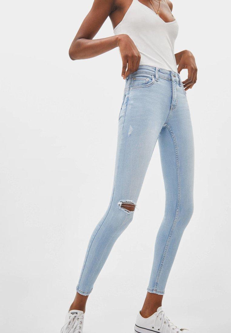 Bershka - PUSH-UP MID WAIST - Jeans Skinny Fit - light blue