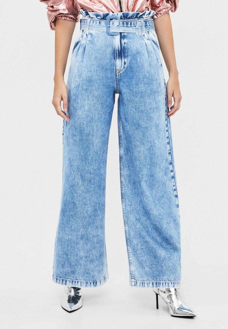 Bershka - MIT WEITEM BEIN UND GÜRTEL - Jeans Relaxed Fit - light blue