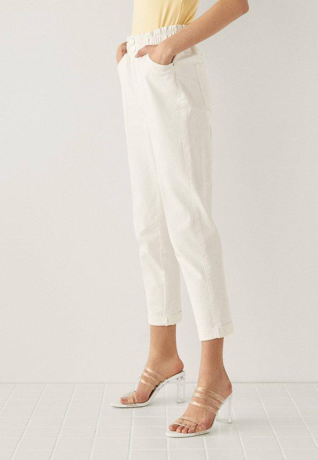 MIT BUNDFALTEN  - Jeansy Straight Leg - white