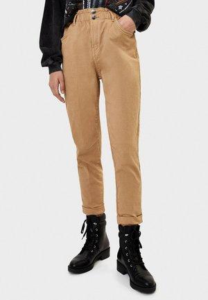 ENG GESCHNITTENE HOSE MIT BUNDFALTEN 05231388 - Jeans a sigaretta - beige