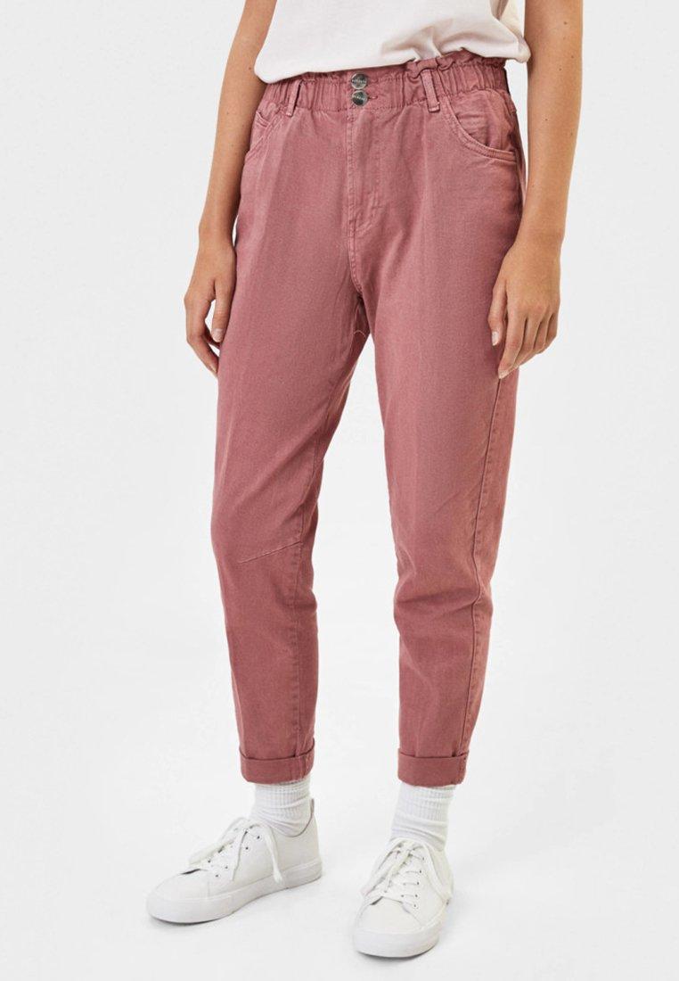 Bershka - MIT BUNDFALTEN - Jeans Straight Leg - red