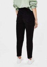 Bershka - MIT BUNDFALTEN  - Straight leg jeans - black - 2