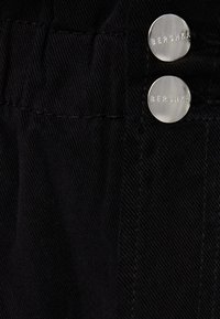 Bershka - MIT BUNDFALTEN  - Džíny Straight Fit - black - 4