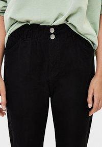 Bershka - MIT BUNDFALTEN  - Straight leg jeans - black - 3