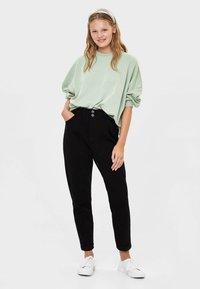Bershka - MIT BUNDFALTEN  - Straight leg jeans - black - 1
