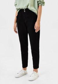 Bershka - MIT BUNDFALTEN  - Straight leg jeans - black - 0