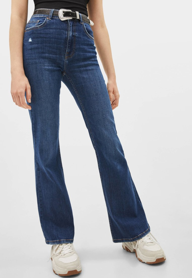 Bershka - MIT SCHLAG UND HOHEM BUND  - Flared Jeans - dark blue