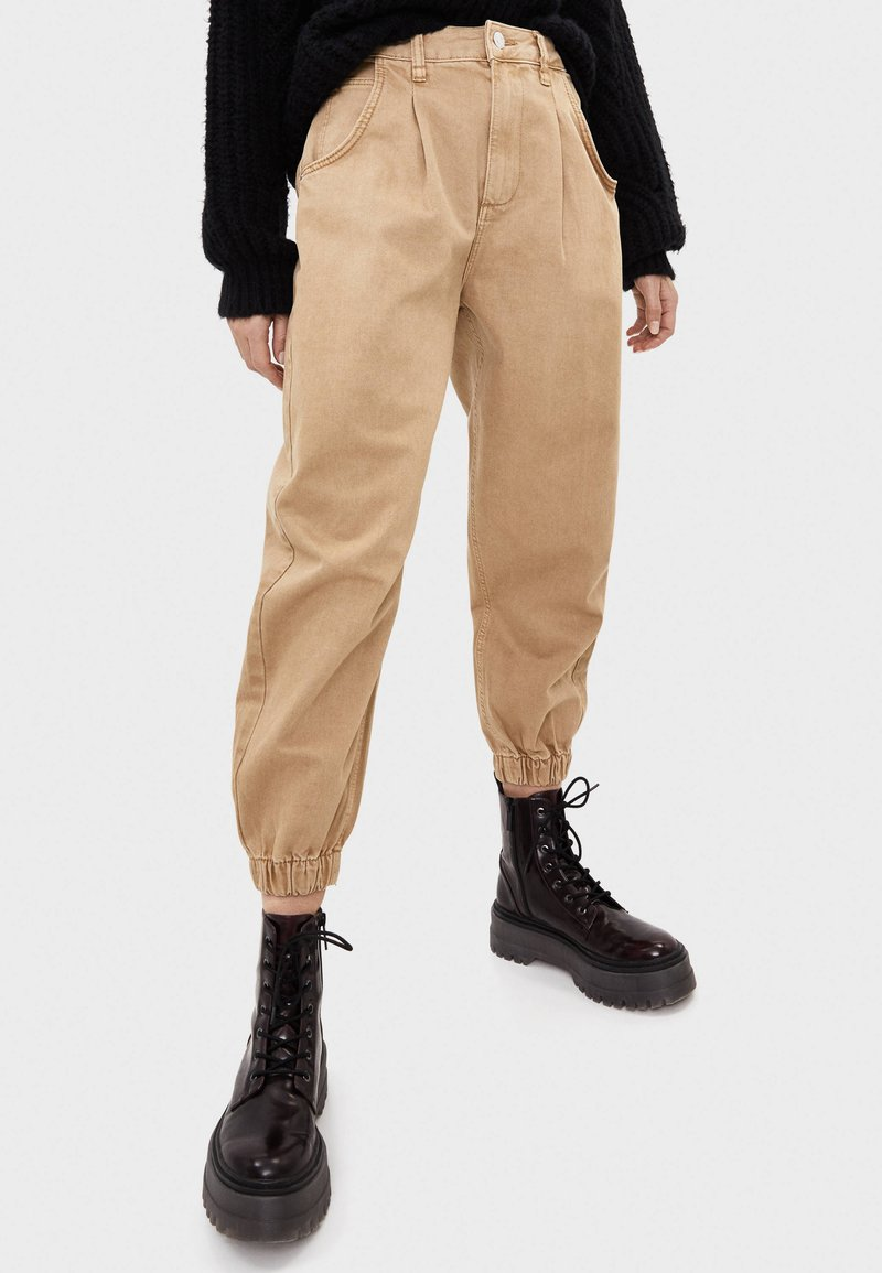 Bershka - Jeans Tapered Fit - beige