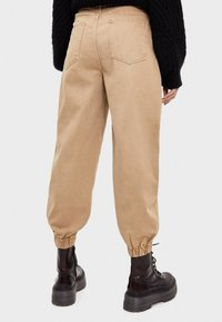 Bershka - Jeans Tapered Fit - beige - 2