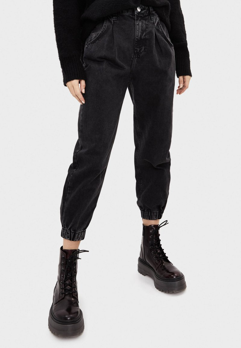 Bershka - Jeans Tapered Fit - black