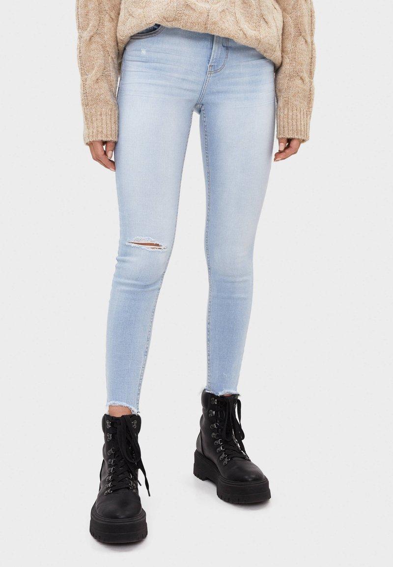 Bershka - SKINNY-JEANS MIT HOHEM BUND 00001211 - Jeansy Skinny Fit - blue