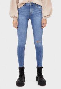 Bershka - SKINNY-JEANS MIT HOHEM BUND 00001211 - Jeans Skinny Fit - blue denim - 0