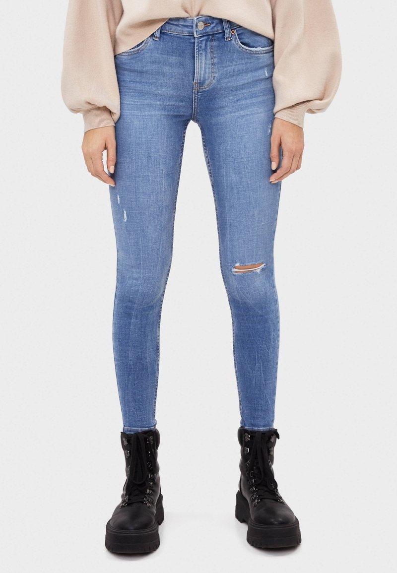 Bershka - SKINNY-JEANS MIT HOHEM BUND 00001211 - Jeans Skinny Fit - blue denim