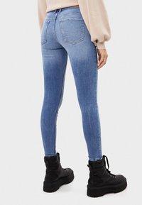 Bershka - SKINNY-JEANS MIT HOHEM BUND 00001211 - Jeans Skinny Fit - blue denim - 2
