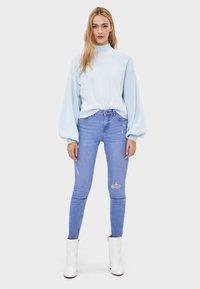 Bershka - SKINNY-JEANS MIT HOHEM BUND 00001211 - Jeans Skinny Fit - blue - 1