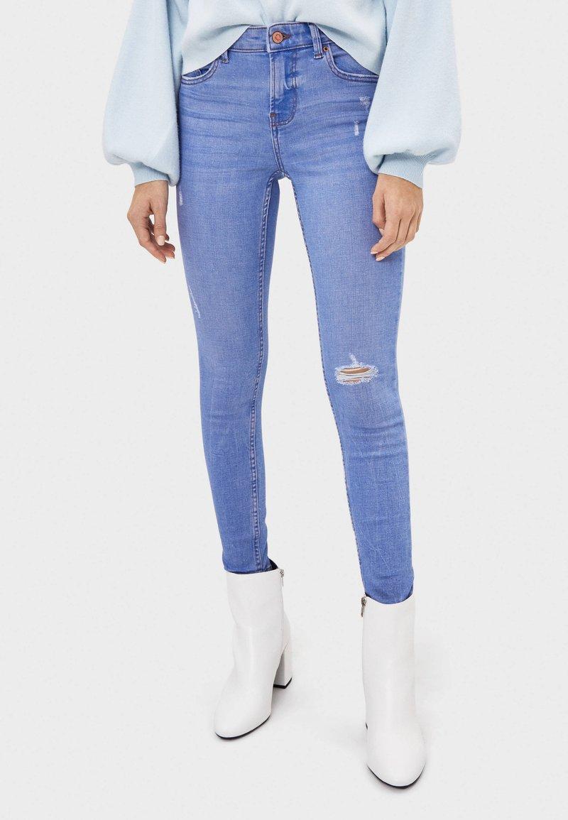 Bershka - SKINNY-JEANS MIT HOHEM BUND 00001211 - Jeans Skinny Fit - blue