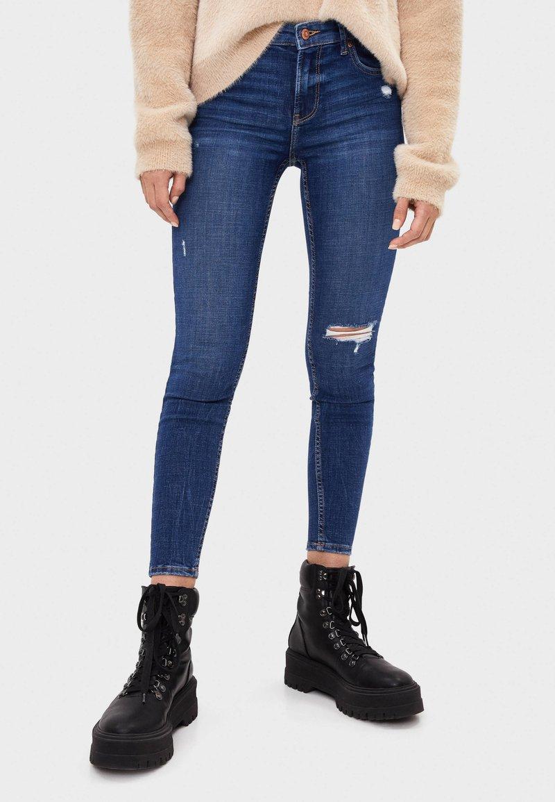 Bershka - SKINNY-JEANS MIT HOHEM BUND 00001211 - Jeans Skinny - light blue
