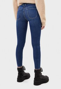 Bershka - SKINNY-JEANS MIT HOHEM BUND 00001211 - Jeans Skinny - light blue - 2