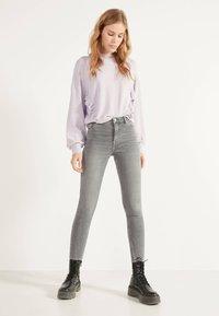 Bershka - SKINNY-FIT-JEANS MIT HOHEM BUND 00004534 - Jeans Skinny Fit - grey - 1