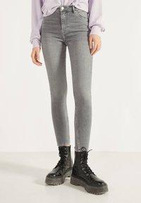 Bershka - SKINNY-FIT-JEANS MIT HOHEM BUND 00004534 - Jeans Skinny Fit - grey - 0
