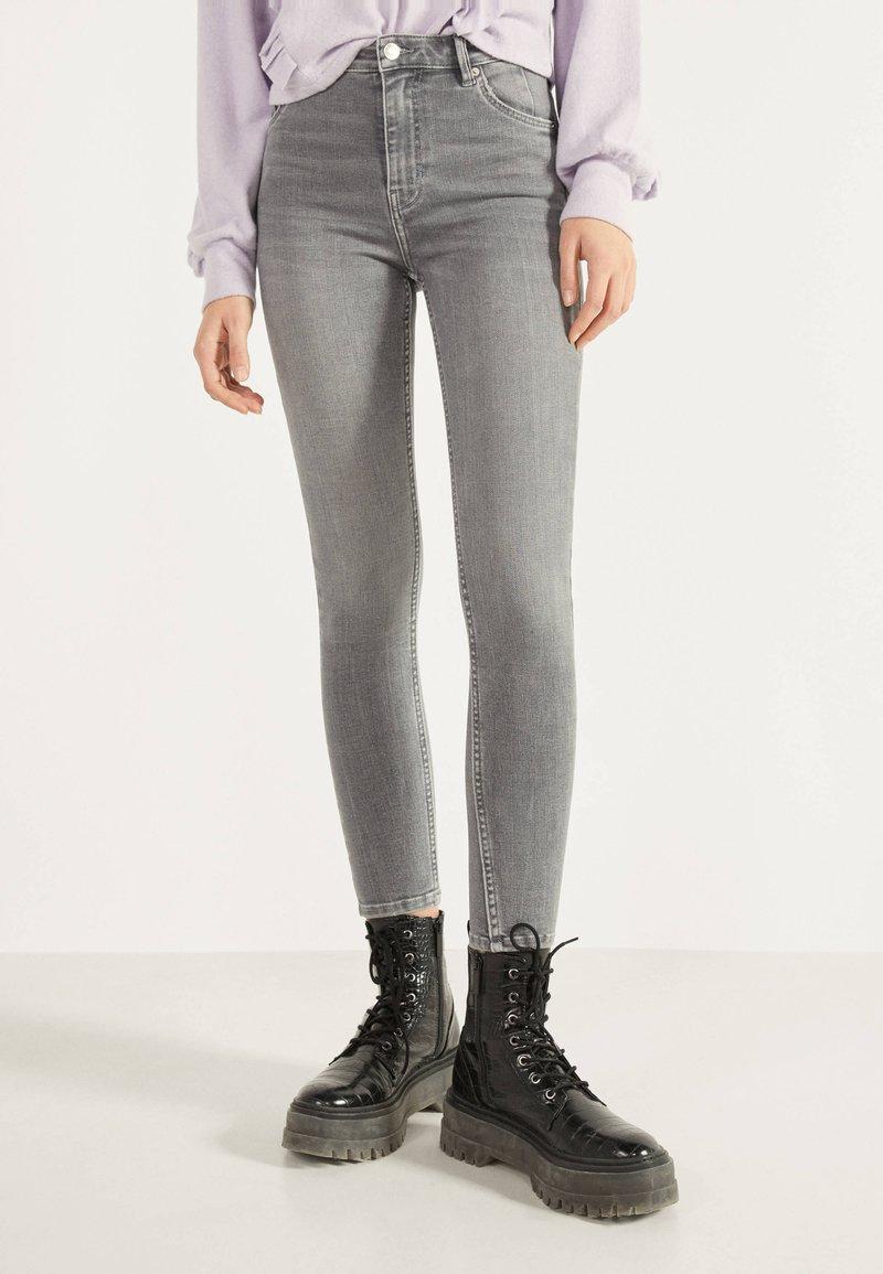 Bershka - SKINNY-FIT-JEANS MIT HOHEM BUND 00004534 - Jeans Skinny Fit - grey