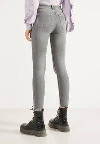 Bershka - SKINNY-FIT-JEANS MIT HOHEM BUND 00004534 - Jeans Skinny Fit - grey - 2