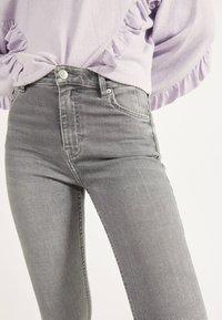Bershka - SKINNY-FIT-JEANS MIT HOHEM BUND 00004534 - Jeans Skinny Fit - grey - 3