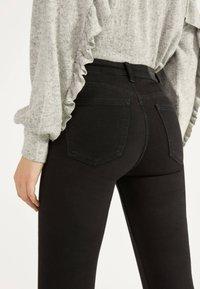 Bershka - SKINNY-FIT-JEANS MIT HOHEM BUND 00004534 - Jeans Skinny Fit - black - 3