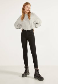 Bershka - SKINNY-FIT-JEANS MIT HOHEM BUND 00004534 - Jeans Skinny Fit - black - 1