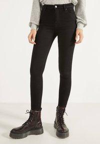 Bershka - SKINNY-FIT-JEANS MIT HOHEM BUND 00004534 - Jeans Skinny Fit - black - 0