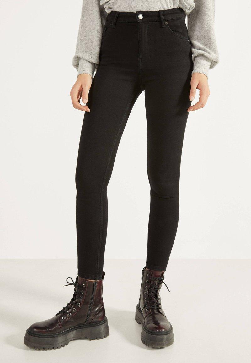 Bershka - SKINNY-FIT-JEANS MIT HOHEM BUND 00004534 - Jeans Skinny Fit - black