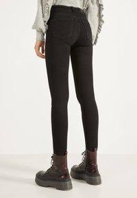Bershka - SKINNY-FIT-JEANS MIT HOHEM BUND 00004534 - Jeans Skinny Fit - black - 2