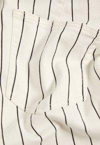 Bershka - MIT HOHEM BUND UND GÜRTEL - Jeans Skinny Fit - white - 5