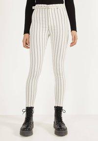 Bershka - MIT HOHEM BUND UND GÜRTEL - Jeans Skinny Fit - white - 0