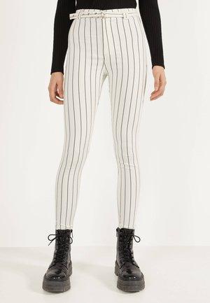MIT HOHEM BUND UND GÜRTEL - Jeans Skinny - white