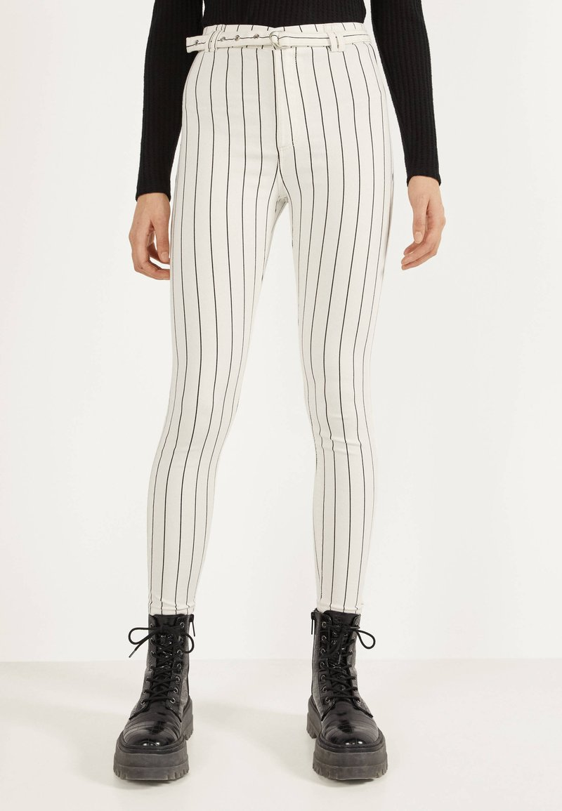 Bershka - MIT HOHEM BUND UND GÜRTEL - Jeans Skinny Fit - white