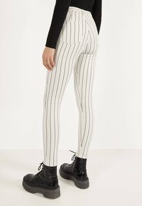 Bershka - MIT HOHEM BUND UND GÜRTEL - Jeans Skinny Fit - white - 2