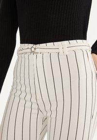 Bershka - MIT HOHEM BUND UND GÜRTEL - Jeans Skinny Fit - white - 3
