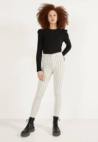 Bershka - MIT HOHEM BUND UND GÜRTEL - Jeans Skinny Fit - white - 1