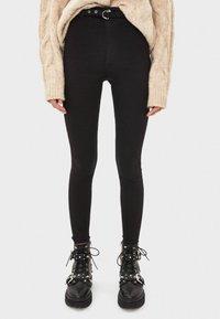 Bershka - MIT HOHEM BUND UND GÜRTEL - Jeans Skinny Fit - black - 0