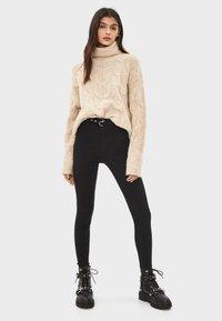 Bershka - MIT HOHEM BUND UND GÜRTEL - Jeans Skinny Fit - black - 1