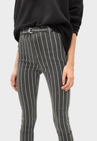 Bershka - MIT HOHEM BUND UND GÜRTEL - Jeans Skinny - black - 3